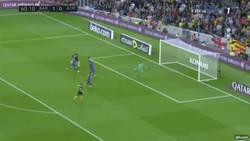 Enlace a GIF: Así ha sido el homenaje de Mascherano a Gerrard