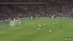 Enlace a GIF: ¿Último minuto del partido? Golazo de tiro libre para que West Ham siga en la EFL Cup