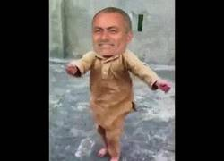 Enlace a GIF: Mourinho al ver que ha marcado Pogba y que el United está destrozando al Leicester