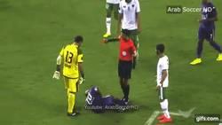 Enlace a GIF: Brutal agresión de un portero en los Emiratos