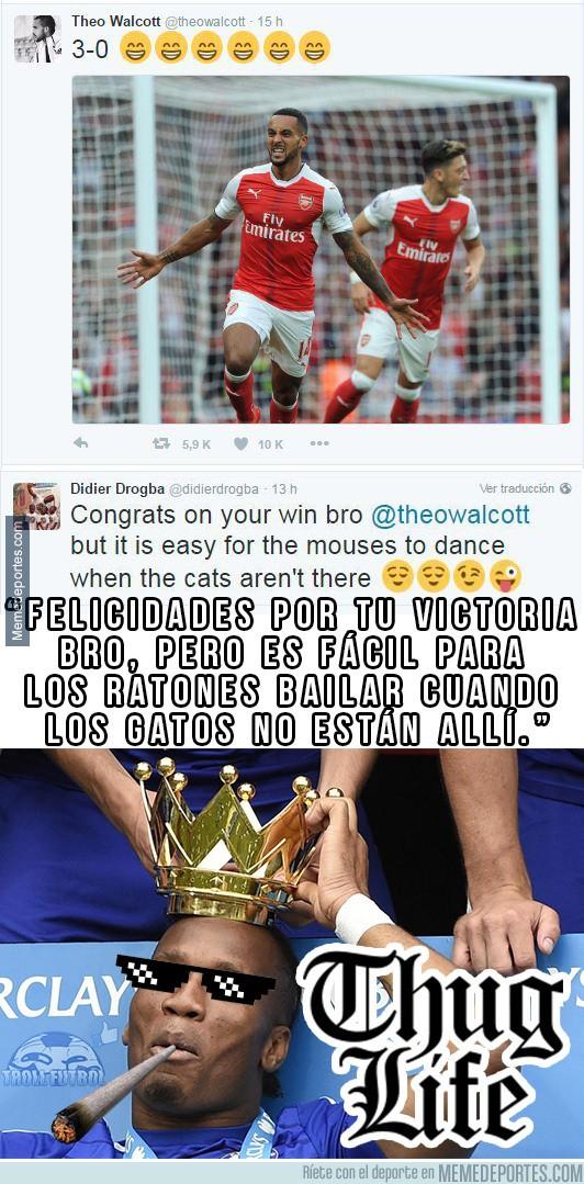 911385 - Drogba se la saca ante Theo Walcott después de que se ría del Chelsea