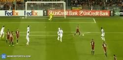 Enlace a GIF: Con defensas como esta, el Inter está como está