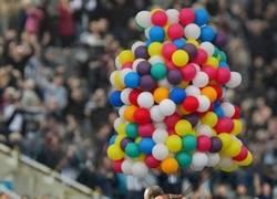 Enlace a Ronda de chops de Rafa Benítez alzando a Mitrovic sobre los aires