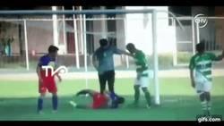 Enlace a GIF: Criminal patada en el fútbol de Chile
