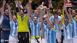 Enlace a GIF: El momento más especial, Argentina levanta la copa. Nadie puede creerlo