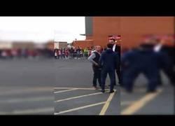 Enlace a El genial gesto de Juan Mata con un niño en silla de ruedas en las afueras del estadio