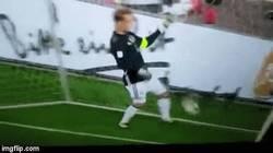 Enlace a GIF: Fail de Neuer en el partido contra República Checa