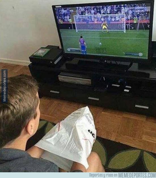 915269 - Tú jugando al FIFA con tus colegas en casa