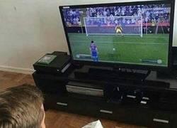 Enlace a Tú jugando al FIFA con tus colegas en casa