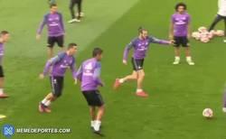 Enlace a GIF: Cristiano se enfada en el rondo tras un caño de Danilo y le pega un pelotazo a la prensa