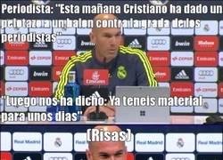 Enlace a Zidane y Cristiano se rien de la prensa.