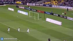 Enlace a GIF: Ojo al espectacular golazo de Tim Cahill en su debut con el Melbourne City en Australia