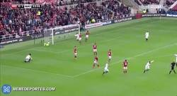 Enlace a GIF: El espectacular gol de Holebas frente al Middlesbrough