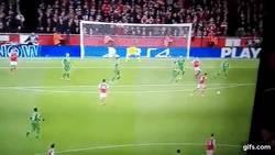 Enlace a GIF: Otro golazo del Arsenal, Walcott le pega desde su casa para marcar el segundo ante Ludogorets