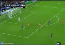 Enlace a GIF: Gol de Messi que hace su hattrick frente al City