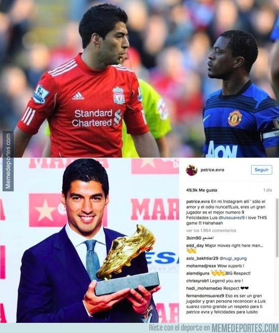 918327 - Evra tiene unas palabras para Suárez tras serle entregada la bota de oro