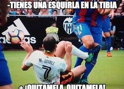 Enlace a Enorme gesto de Mario Suárez con la tibia de André Gomes