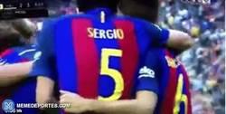 Enlace a GIF: Neymar provoca a la afición del Valencia y se lleva un botellazo en la cara de la grada