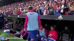 Enlace a GIF: El botellazo a Neymar no ha sido lo único. A Alcácer un aficionado le ha lanzado otro objeto