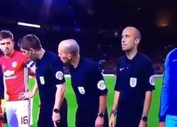 Enlace a El árbitro Mike Dean crea el momento más raro de toda la temporada