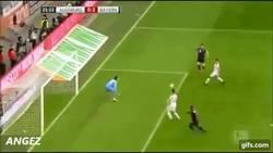 Enlace a GIF: Como marcar un gol cuando la defensa es mala nivel: Bayern Munich