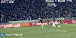 Enlace a GIF: El golazo maradoniano de Özil frente al Ludogorets que va a dar la vuelta al Mundo