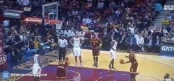 Enlace a GIF: LeBron haciendo magia lanzando tiros libres