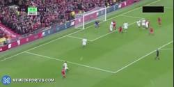 Enlace a GIF: El gol de Mané que hace líder de la Premier al Liverpool
