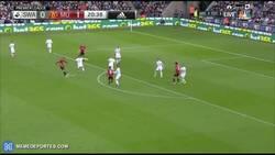 Enlace a GIF: Ibra termina con su sequía con este golazo... el gol 25.000 de la Premier League