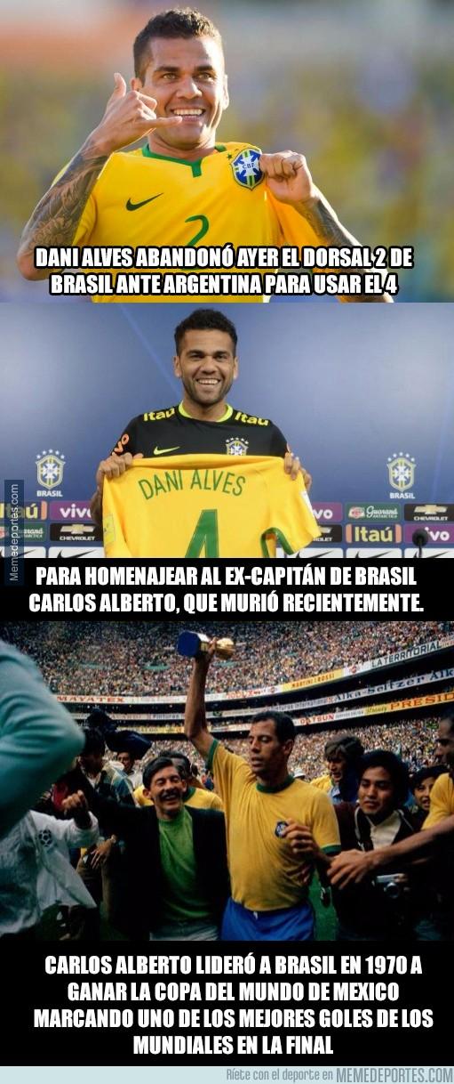 923833 - Dani Alves se cambió ayer el dorsal 2 por el 4 para este homenaje