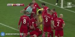 Enlace a GIF: El petardo que lanzan al campo en el Rumanía - Polonia que deja KO a Lewandowski