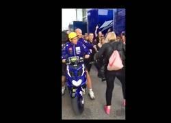 Enlace a Rossi empuja y da una patada a una mujer que estaba tranquila en el paddock