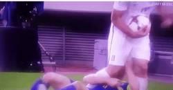Enlace a INCREÍBLE: Dzeko le baja los pantalones en pleno partido a Papastathopoulos tras tocarle sus partes