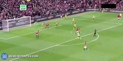 Enlace a GIF: Gooooooool de Juan Mata que adelanta al Manchester United contra el Arsenal