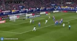 Enlace a GIF: Cristiano marca el primero de falta gracias a la defensa del Atleti