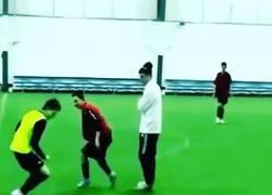 Enlace a Cuando jugabas a fútbol en el colegio y los del otro equipo eran más pequeños que tú