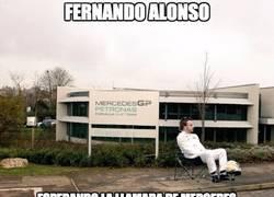 Enlace a Alonso esperando una llamada de Mercedes