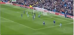 Enlace a GIF: Golazo de Cahill... en propia frente al Chelsea