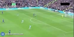 Enlace a GIF: El golazo de Diego Costa con una brutal asistencia de Cesc Fábregas