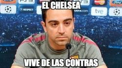 Enlace a Xavi viendo el partido del Chelsea frente al City