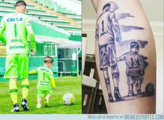 929813 - Un aficionado del Chapecoense se tatuó la foto de su ídolo con su hijo #Respect