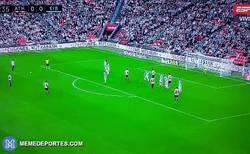 Enlace a GIF: Golazo de Beñat para abrir el marcador contra el Eibar
