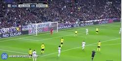 Enlace a GIF: Gooooool de Benzema que consigue su doblete