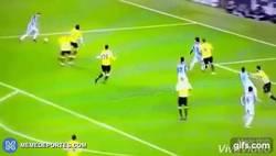 Enlace a GIF: Gol de Zabaleta tras buen centro de Kevin De Bruyne para adelantar al City