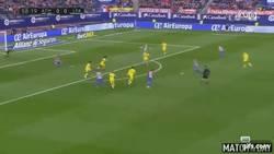Enlace a GIF: Golazo de Saúl que pone a ganar al Atlético de Madrid ante Las Palmas