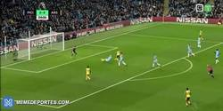 Enlace a GIF: Así ha sido el gol de Walcott para adelantar al Arsenal frente al City