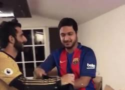 Enlace a Madridista le regala a su amigo culé una camiseta del Barça con un detalle muy de higo de fruta