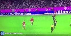 Enlace a GIF: Thiago cree que un Papá Noel en la valla publicitaria es un jugador del Bayern y se la pasa