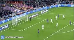 Enlace a GIF: Gooooooooooool de Paco Alcácer que marca su primer gol oficial con el Barça