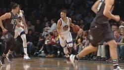 Enlace a Stephen Curry pierde el protector bucal durante la jugada pero da la asistencia con la otra mano